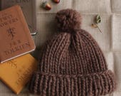 Chunky knitted bobble hat // wool - brown.
