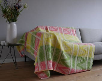 Outstanding wool throw blanket with colourful retro design - vintage