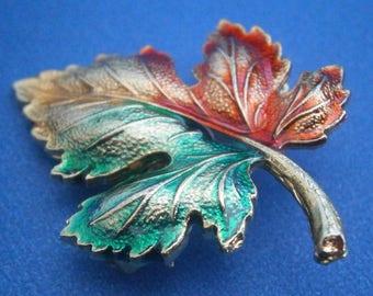 BT77) Vintage gold tone metal enamel red green maple Autumn leaf brooch