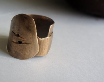 Unique handmade bronze ' armor ' ring, medieval. Adjustable. Personalizzabi.