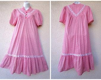 1970s Hawaiian DRESS. Hawaiian MuuMuu. Hawaiian Caftan. Tent Dress. Hawaiian Peasamt Dress. Modest Cut. Dress. Eyelet Lace Trim. Red & White