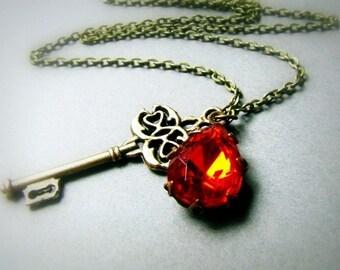 Vintage Scharlachrot Glasstein und Skelett Schlüssel, hell rot Kette, Tropfen Juwel, alte Glam, große Schlüssel