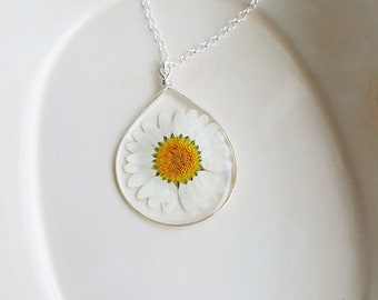 Framed White Daisy Necklace, Flower Pendant Necklace, Pressed Flower Necklace, Silver Jewelry, Wire Pendant Necklace, Resin Jewelry
