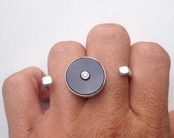 Two-fingers onix & diamond ring