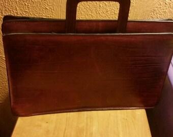 Vintage men's/ladies leather burgundy/cherry briefcase attache laptop bag.