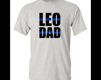 LEO papa chemise bleu ligne Dad Shirt Police Dad policier cadeau LEO fier agent cadeau pour agent de correction lui Leo cadeau