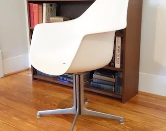 Burke Tulip Arm Chair Mid Century Modern Swivel White Fiberglass Aluminum  Propeller Base