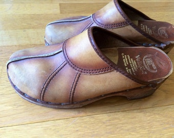 Ladies/vintage/leather/clogs/boho chic/ hippie chic/folk/1970s/wooden/traditional/Swedish/1970s/fashionista/street style