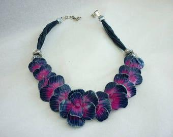 Collier plastron fleurs  fait main bleu marine et fuchsia