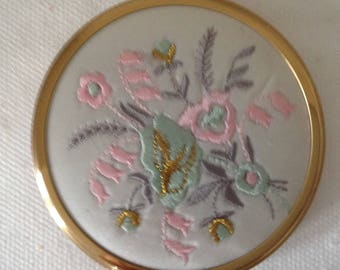 A beautiful VINTAGE / RETRO embroidered compact powder make up mirror