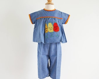 """Vintage 1950s Girls Size 9-12M Clothing Set / Chambray Top and Suspender Pants Playsuit / b24"""" w20"""" / Smiling Anthropomorphic Pears Applique"""
