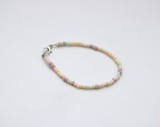 Speckled green, peach and purple seed bead bracelet.