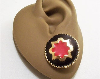 Red Black Arabesque Pierced Post Stud Earrings Gold Tone Vintage Pakula Matte Star Center Crimped Edges Big Buttons