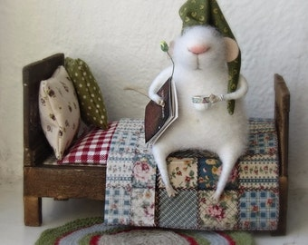 Felt mouse, white felted mouse, miniature mouse.miniature bed.miniatures for doll house.mouse in the bed.