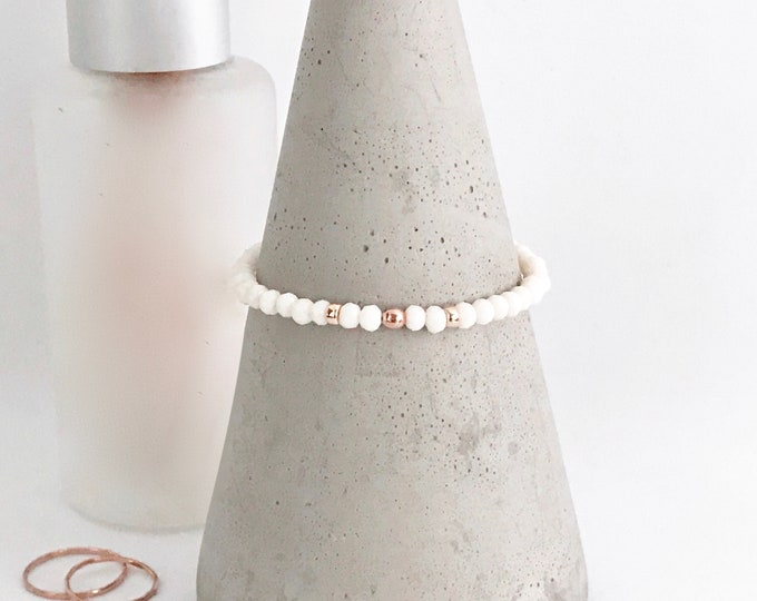 QUINSCO - Small White Bead Stretch Bracelet with Rose Gold Hardware