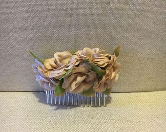 Comb with beige and golden flowers