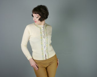 1950s WOOL cardigan in soft cream with hand EMBROIDERED pastel pink, blue and yellow flower garlands - ROMANTIC 50s sweater girl - L