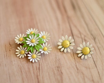 1960s Daisy Brooch & Earrings Set, Sixties Yellow and White Flowers Jewelry, Vintage Floral Costume Jewelry, Mod Enamel Flowers Set