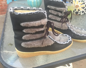 Snowland Vintage Women's Boots 1970s Women's size 8 Snow Boots Winter Boots Faux fur lined Black and Gray