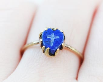 SALE! Faith and Love Ring, brass and lapis lazuli heart, engraved cross, royal blue, claw setting, golden, unique, hand cut, dark blue