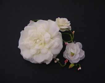 Chic Ivory Peony Hairpiece with Budding Pip Berry Vines