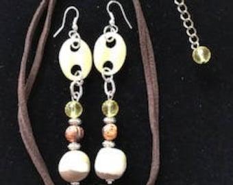 Einzigartige gelbe Perlenohrringe und passende Halsband