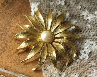 Large Bright Faux Pearl Gold Tone Flower Brooch Pin Unsigned 1970's 1980's Dahlia Aster Daisy Feminine Eye Catching Floral Garden Big