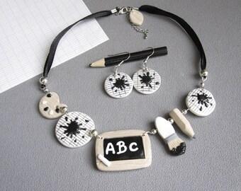 Cadeau maîtresse: collier et boucles maitresse d'école, collier fimo école noir et blanc, idée cadeau maitresse, bijou original maitresse,
