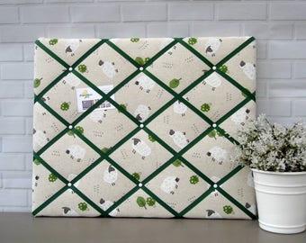 Sheep memo board, fabric notice board, bulletin board, green white and beige, sheep print, farm animal fabric, 40 x 50 cm, handmade