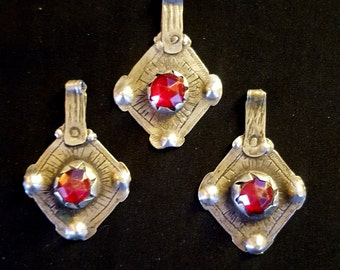 Morocco – 3 Old silver pendants with red glasses in cabochon for necklace