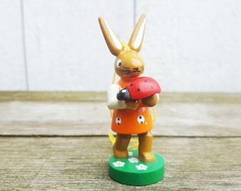 Osterhase, Hase mit Marienkäfer aus dem Erzgebirge  handbemalt, Miniatur 7cm, Anhänger