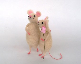Felt Couple mice Valentine's day gift Cute felted mouse Wool animals Wedding cake topper Wool felted mouse Friends mouse Tiny mice Eco gift