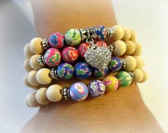 Satz von 4 Holz Stretch Armbänder mit Polymer Clay Perlen und Strass Herz | Armband-Set | Holz-Armband | Herz-Armband