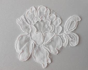 Large 11 x 8 cm white lace flower
