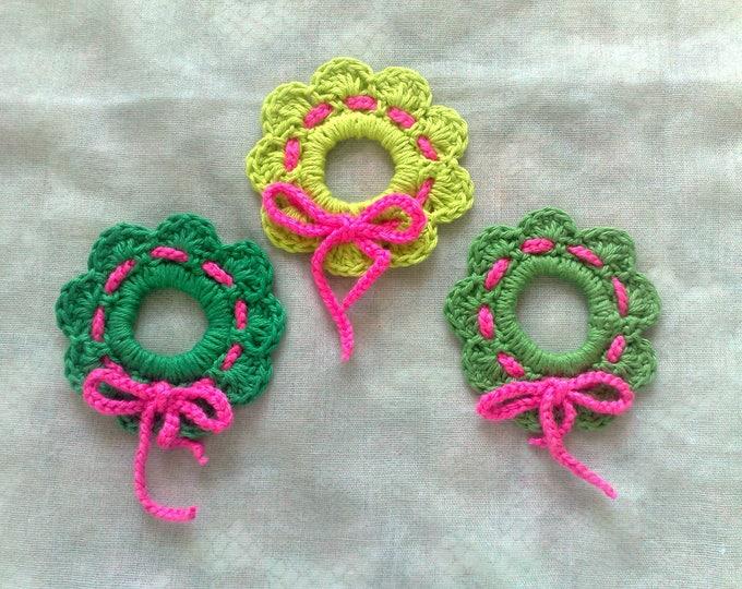 Featured listing image: Weihnachtskranz hängenden Baumbehang häkeln in drei verschiedenen Grüntönen