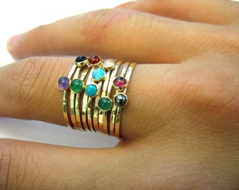 Der Rainbow Ring - Stapeln zusammen gehämmert Goldringe mit Halbedelsteinen