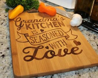 Oma's Küche/Cutting Board/gewürzt mit Liebe, personalisierte, Geschenk, große Cutting Board/Weihnachten/Geburtstag/Muttertag/Bambus