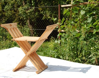 Simple medieval folding chair
