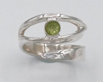 peridot silver ring, peridot ring, contemporary silver rings, peridot green stone ring, solitaire ring, August birthstone gem ring, eye ring