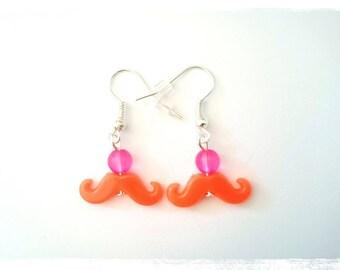 Boucles d'oreilles pendantes fantaisie prix mini perles fuchsia moustaches oranges