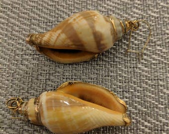 Sea shell dangle earrings// vintage// on trend// man repeller // fashionable// gift for her// dangle // preppy chic // shell