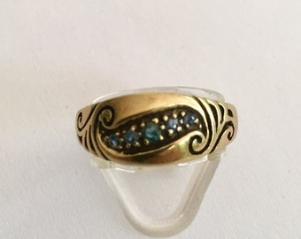 9ct yellow gold engraved Sapphire ring