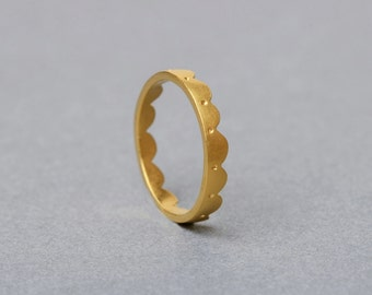 18ct Gold Scalloped Ring Heavy