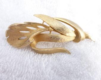 Davinci brooch brushed gold tone leaf AE57