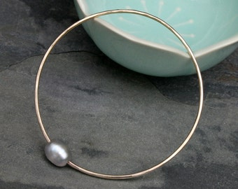 Gray Baroque Pearl Bangle, 14k gold fill, 14 Karat Gold Filled Bracelet, Stackable Stacking Round Bangle, Oval Grey Pearl