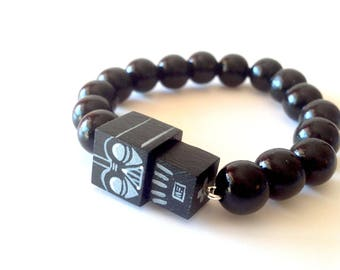 """Bracelet figurine cubique """"Dark Vador"""" perles bois laquées noires"""
