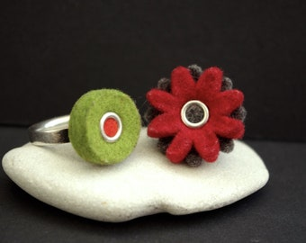 A CHEERFUL PAIR, two Vintage silver and felt designer rings, flower shape and polka dot, summer jewellery, flower power, Boho, Hippie, eco
