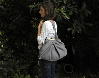 grey bag. shoulder bag.  big shoulder bag. clasp opening. handbag. shoulder bag. kisslock bag. metal frame purse