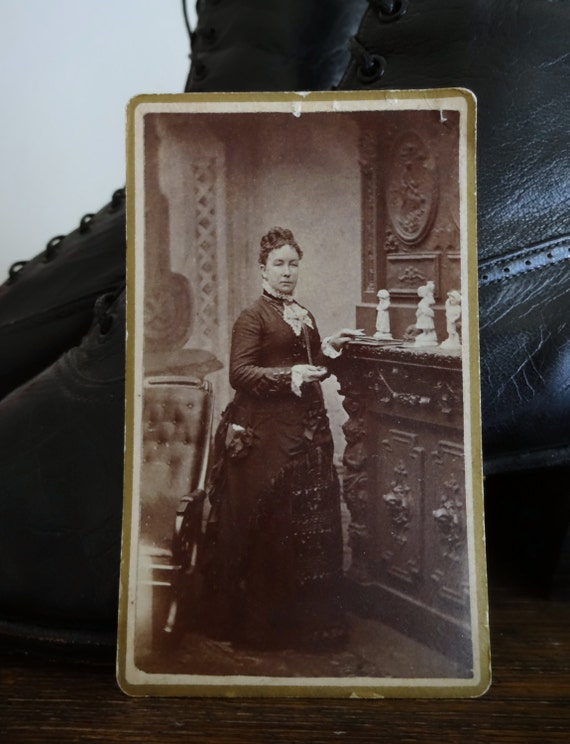 Antique photograph, Cabin Photo, Portrait, Vintage photo - Lovely profile of woman in Victorian / Edwardian dress