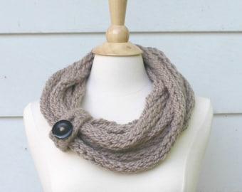 Tricot écharpe, écharpe chunky cowl, foulard infini brun taupe avec fermeture bouton, écharpe en cercle, accessoire hiver féminin écharpe maille corde